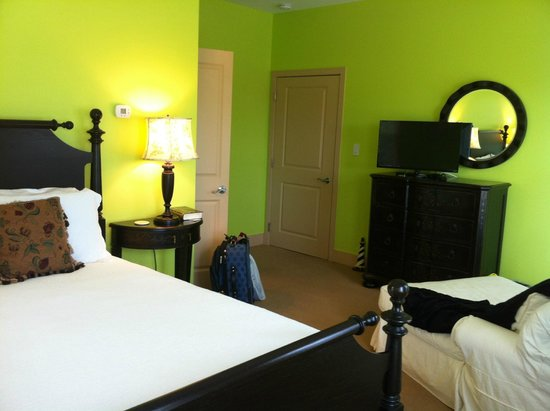 Lake Country Inn: Green room