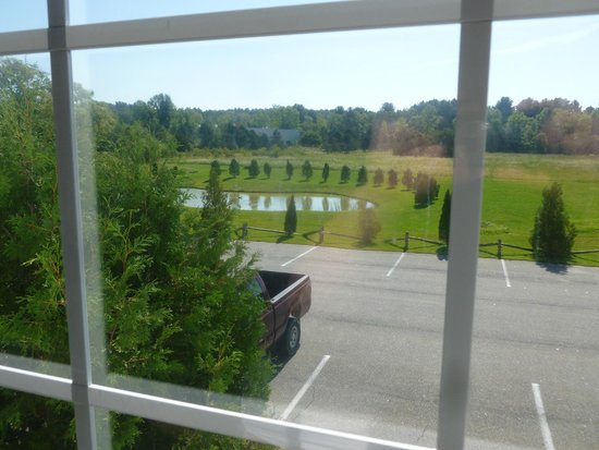 Days Inn Shelburne/burlington: A view from our room, we were in room 144(back yard view)