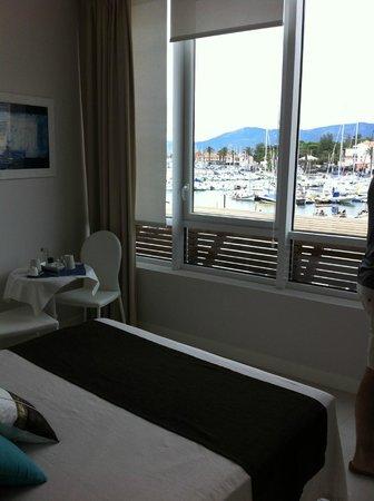 Residence Bleu Mer: La chambre bien décorée, avec vue sur le port