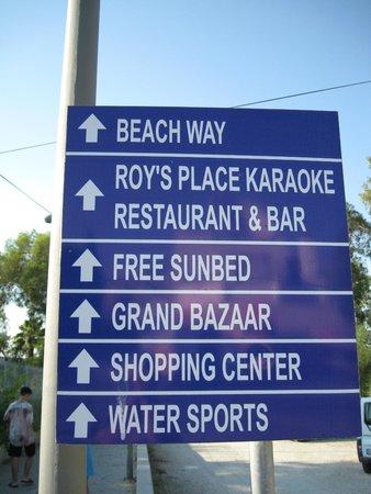 Palm Garden Hotel : Афиша-указатель по дороге на пляж