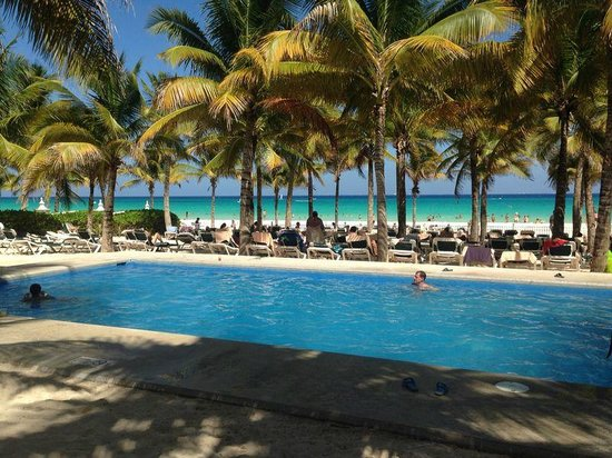 Hotel Riu Lupita: Swimming pool at the beach