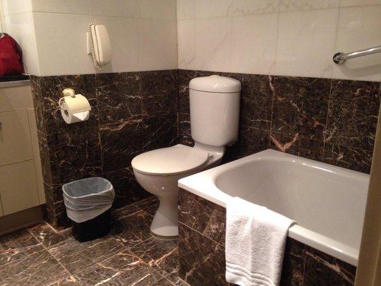 Seasons Darling Harbour: Bathroom