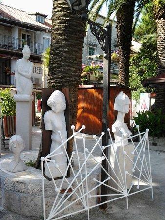 Domus Maritima: Внутренний дворик с работами владельца отеля