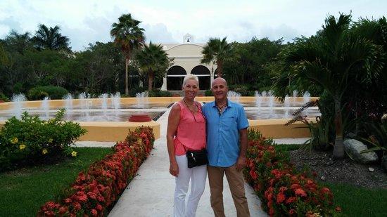 Valentin Imperial Riviera Maya : Jardines del hotel , se realizan cenas tematicas