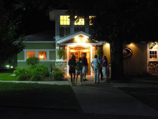 Windjammer Restaurant: The entrance to the Windjammer after dark