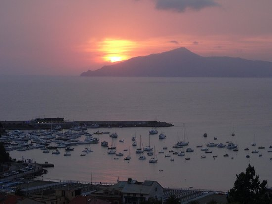 Vis a Vis Hotel : Great sunset taken from Bar lounge area