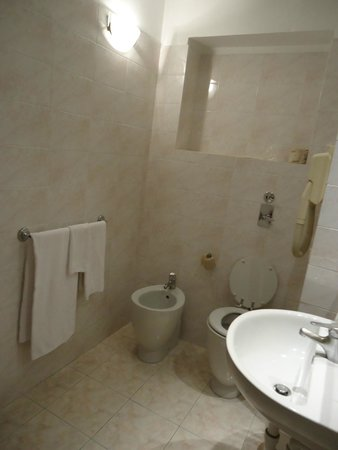 Hotel Garda: large bathroom