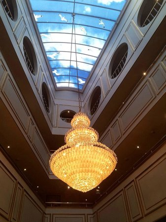Best Western Antea Palace Hotel & Spa: A large chandelier in the hall, above the dining area