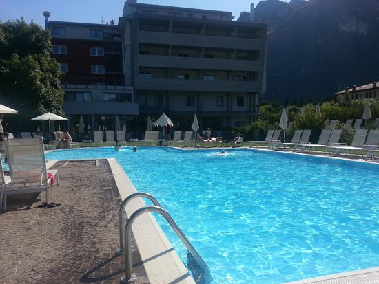 Hotel Luise: Pool view to rear of hotel on a rare sunny afternoon