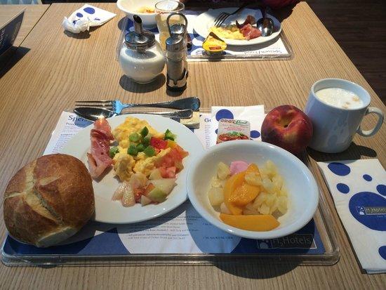 H2 Hotel Muenchen Messe : self-served breakfast.