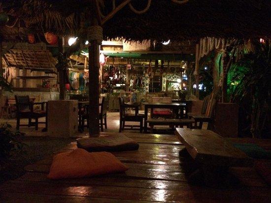 iRie Bar and Restaurant: Chilling, assis sur des coussins.