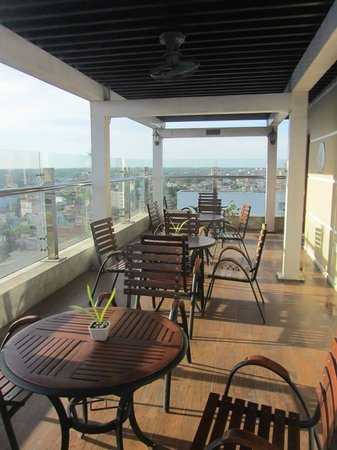 Gold Hotel Hue: Roof top bar