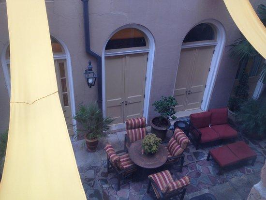St. James Hotel, an Ascend Hotel Collection Member: Binnenplaats om even lekker tot rust te komen.