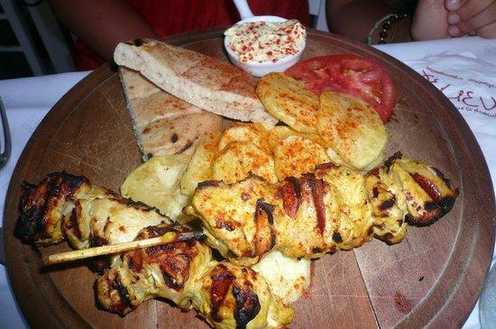 Yemeni Taverna: souvlaki di pollo e contorno