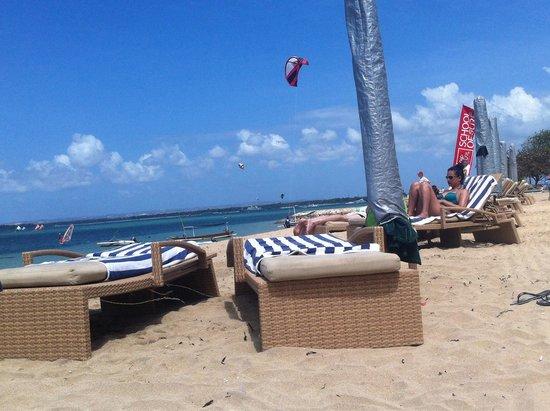 Prama Sanur Beach Bali: Lettini comodissimi
