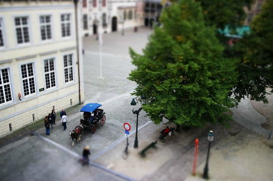 Crowne Plaza Brugge: Looking down from room to Burgh