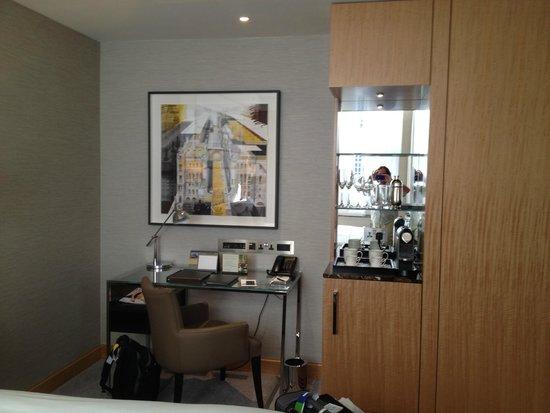 Conrad London St. James: The bar in an executive room
