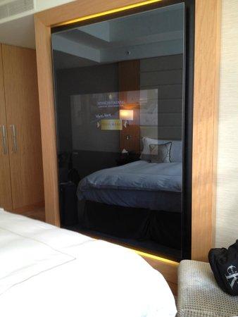 Conrad London St. James: TV embedded in mirror