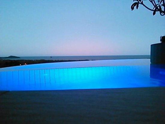Warrawong Lodge: Dusk, infinity pool