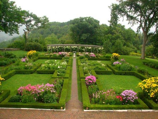 Hildene, The Lincoln Family Home : Formal garden behind Hildene