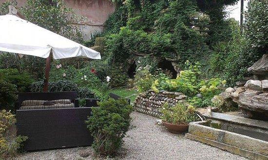 Tenimento Al Castello: Giardino con grotta ( da sistemare)
