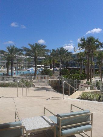 Universal's Cabana Bay Beach Resort: Apartments and pool.