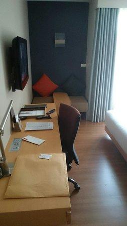 Hotel Solo Sukhumvit 2: Desk