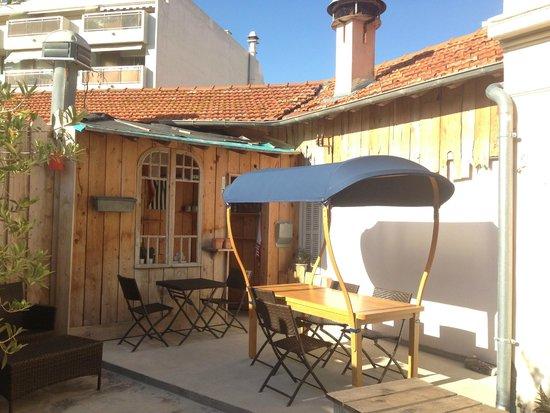 La Pinede Hotel : Il cortile interno con il particolare tavolo