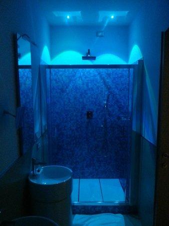 chroma hotel de badkamer met led verlichting