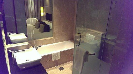 ParkRoyal Kuala Lumpur : See through Bath room