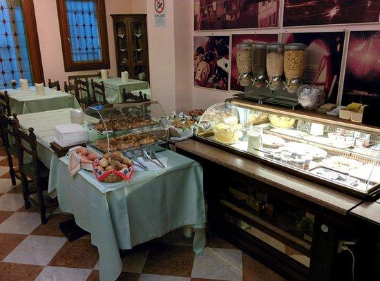 Hotel  Fontana: Breakfast Buffet