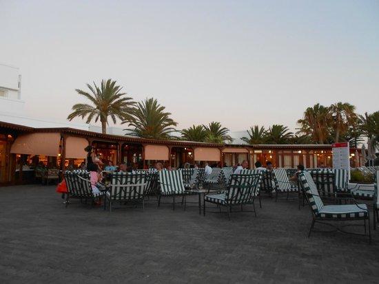 Relaxia Olivina: vue extérieure du restaurant vers piscine animations internationales