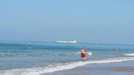 Playa de la barrosa con el castillo de sancti petri al fondo