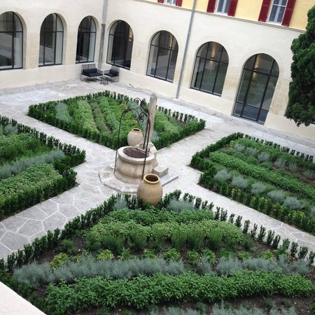 Hotel Jules Cesar Arles MGallery Collection: Central courtyard.