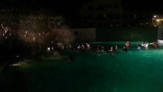 Palia Dolce Farniente: piscine la nuit