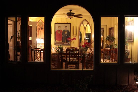 Highlands House Bed &Breakfast: The sunroom at night