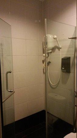 Rest Inn Hotel: Washroom