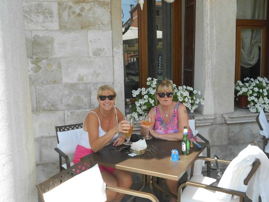Hotel Principe: Outside Eating area beside the canal