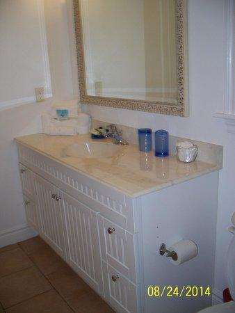 Pineapple Fields Resort: Nice bathroom vanity with natural lighting