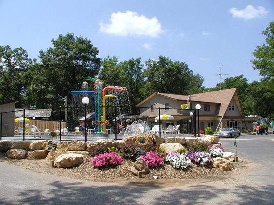 Wisconsin Dells KOA: Pool Area and Splash Pad. Open Memorial Day Weekend to mid September.