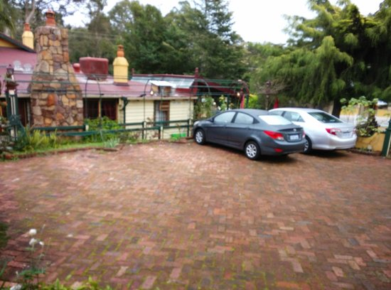 Bridgefield Guest House: Parking in front of the Cabin