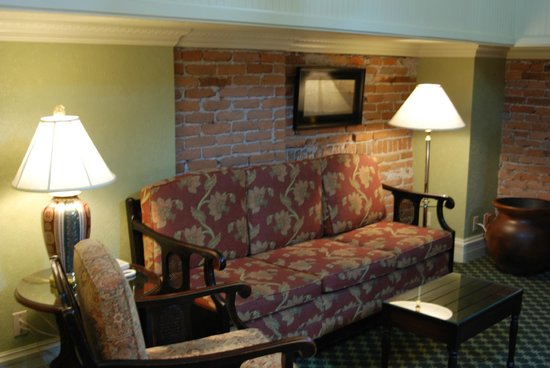 Beaumont Hotel & Spa: Comfortable seating area in the Tower Room loft