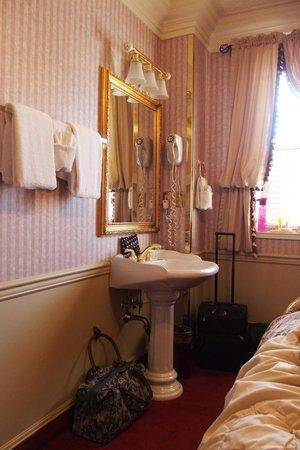 Athabasca Hotel: Cabinet cornet