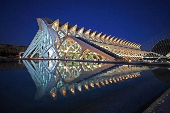 Ciudad de las Artes y las Ciencias: Science Museum at night