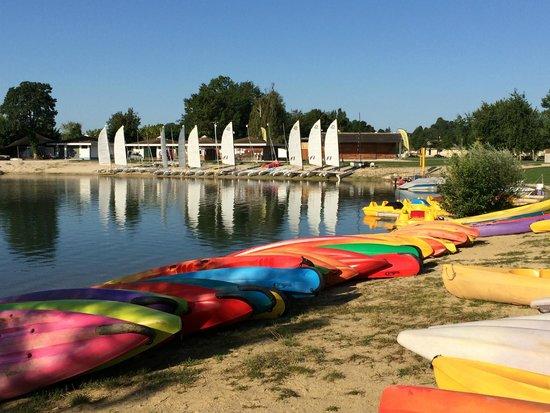 Camping La Plaine Tonique : Op deze camping kun je allerlei watersporten beoefenen, waaronder zeilen, waterfietsen, kanoën