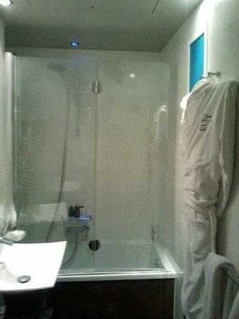 Grand Hotel Saint-Michel: Bathroom/shower
