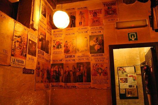 Royal Theatre Toone: 店内に多数飾られるポスター