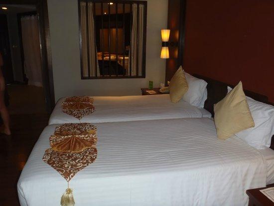 Novotel Samui Resort Chaweng Beach Kandaburi : ベッドからバスルーム