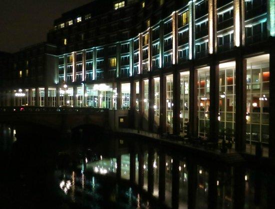 Steigenberger Hotel Hamburg: Teilansicht am Abend