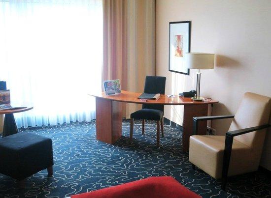 Steigenberger Hotel Hamburg: Schreibtisch in unserem Zmmer